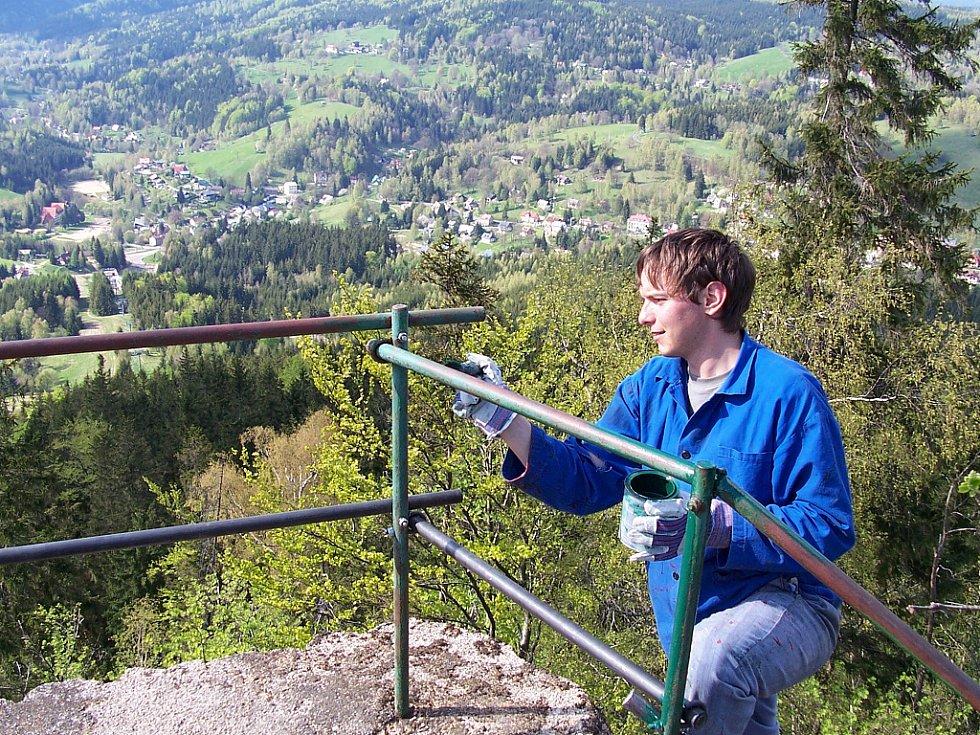 Oprava vyhlídky na Tanvaldském Špičáku. Leoš Vašina ml. z Jizersko–horského spolku se ujal nátěru opraveného zábradlí.
