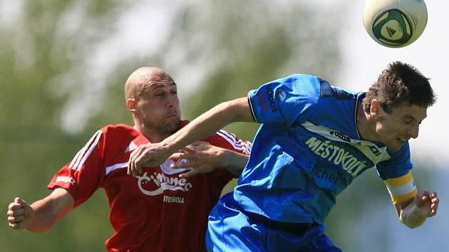Mšeno prohrálo s Kolínem (v modrém) 0:1. Ondřej Ginzel ze Mšena a Jan Štoček z Kolína v souboji.