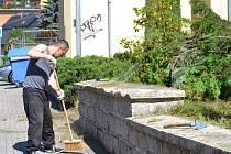Šest chlapů vzalo na tři dny za práci. Základní škola v Rýnovicích voní čistotou. I zahrada je na 1. září připravena.