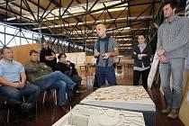STUDENTI ARCHITEKTURY TUL při prezentaci svých dosavadních prací na využití Benaru před hrádeckými zastupiteli a zaměstnanci radnice. Uprostřed vedoucí ateliéru Radek Suchánek.