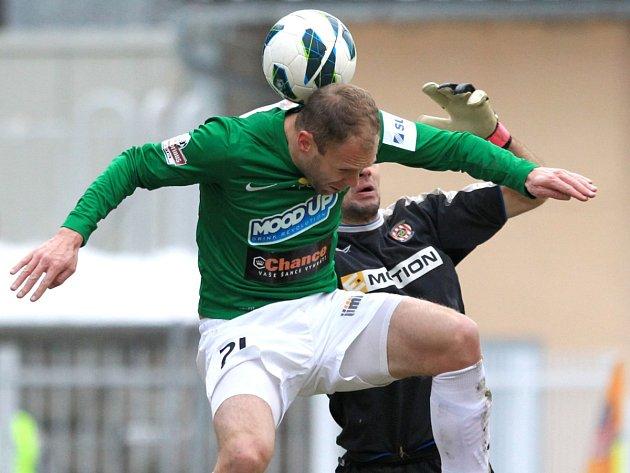 Jablonec porazil doma Brno 2:0. Na snímku Michal Hubník z Jablonce v souboji s brankářem Brna Martinem Doležalem.