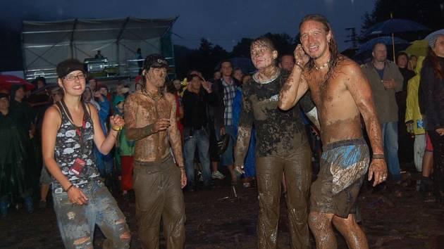 Tanečníkům nevadil ani občasný déšť. Tancovalo se i v blátě.