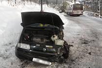 Řidič se zalekl autobusu. Dopravní nehoda s lehkým zraněním se stala ve středu 26. listopadu v dopoledních hodinách na silnici v Hrubé Horce.