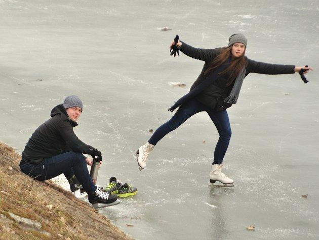 Krasobruslařky malé i velké, ale také kluci s hokejkou a pukem. Rušno je na jablonecké přehradě, která se stala obřím kluzištěm.