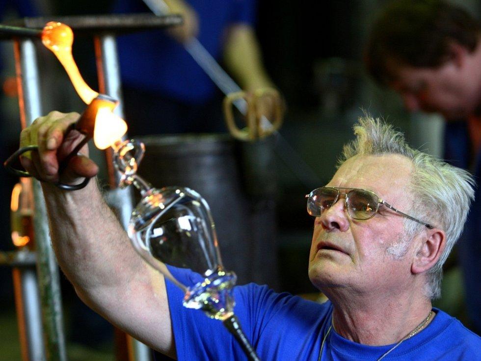Oslava 300 let ve sklárně Harrachov a výroba unikátní sklenice s uzlíky.