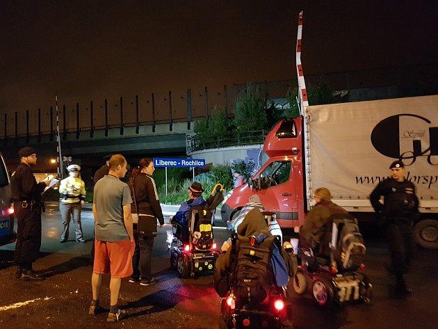 Šedesátiletý maďarský řidič s dodávkou Renault nedbal ve čtvrtek v noci varovné signalizace a vjel na železniční přejezd v liberecké Vesecké ulici. Za ním spadly závory, které couváním prorazil.