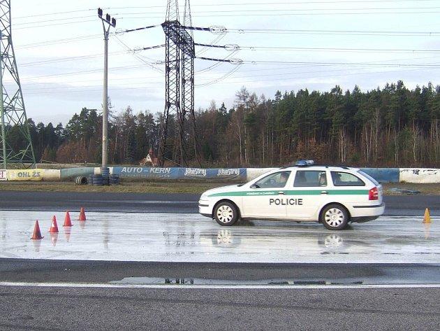 V úterý se na autodrom do Sosnové vypravili dopravní policisté z Jablonce, Liberce a Semil, aby si na připravené kluzné ploše vyzkoušeli jízdu a smyky.  Nejdůležitější pro ně bylo nacvičit za těchto podmínek vyhýbací manévy.