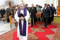 Poslední rozloučení s Horstem Urbanem proběhlo v úterý odpoledne v kostele sv. Archanděla Michaela ve Smržovce.