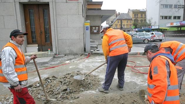 Rekonstrukce chodníku na Mírovém náměstí v roce 2010