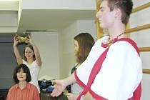 Studenti druhého ročníku Gymnázia U Balvanu nacvičují se svojí třídní učitelkou Vierou Žemličkovu scénku, se kterou tento pátek porotě na finále ankety Zlatý Ámos chtějí dokázat, jak pevný a dobrý vztah je mezi žáky a jejich pedagogem.