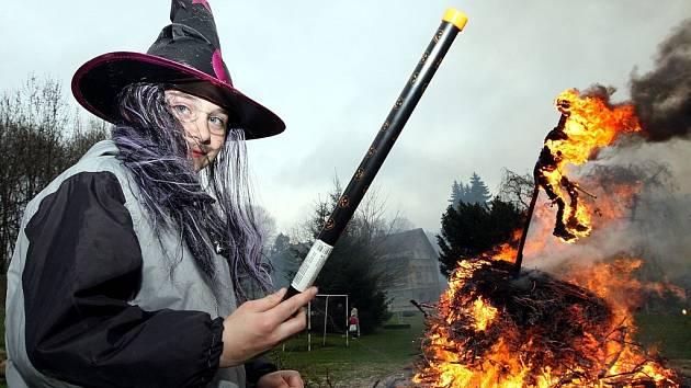 Čarodějnický rej a oslavy konce zimy již předčasně v Kokoníně vypukly již v pátek Za místní základní školou.Děti opekly vuřty a pak se již těšíly na zapálení vatry na níž trůnila samozřejmě čarodějnice.