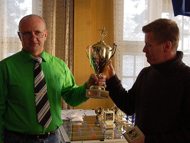 Vítězem Mšeno cup 2008 se stal Camel, na snímku přebírá cenu kapitán Bohuslav Staněk