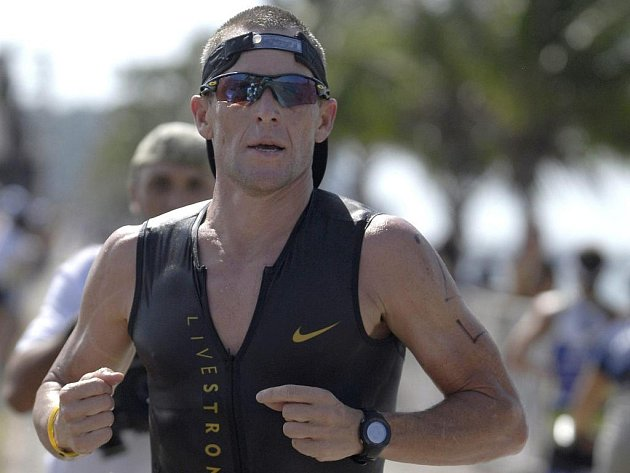 Lance Armstrong na trati závodu  Ironman 70.3 v Panamě.