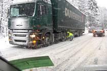 Husté sněžení v Libereckém kraji komplikuje dopravu. Ve stoupání z Desné i ze směru od Harrachova do Kořenova mají problém řidiči kamionů, přestože mají kola osazená řetězy.