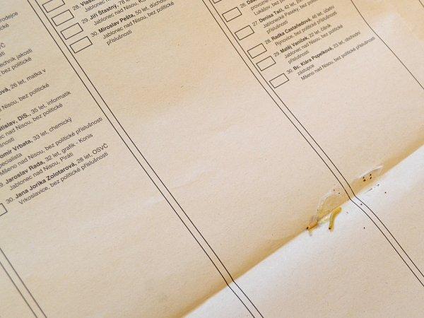 . Členové komise odpečetili urny a začali sčítat hlasy. Vurnách se někdy najde ledacos… tady našli ve složeném volebním lístku - plachtě červa.