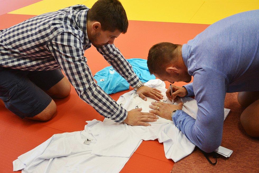 Otevření Judo arény v Jablonci. Lukáš Krpálek podepisuje trička