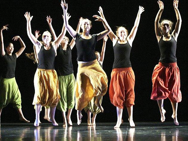 PODZIMNÍ FANTAZIE. Jeviště Městského divadla v Jablonci zaplnili v úterý dopoledne tanečníci a tanečnice různého stáří.
