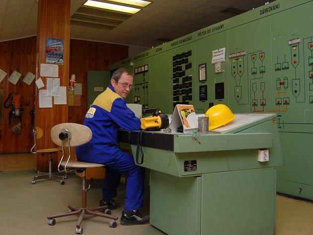Modernizací projde za provozu i velín úpravny vody na Souši. Strojník Werner Šturm bude po dokončení prací v květnu 2009 vše ovládat od jednoho řídícího pultu.