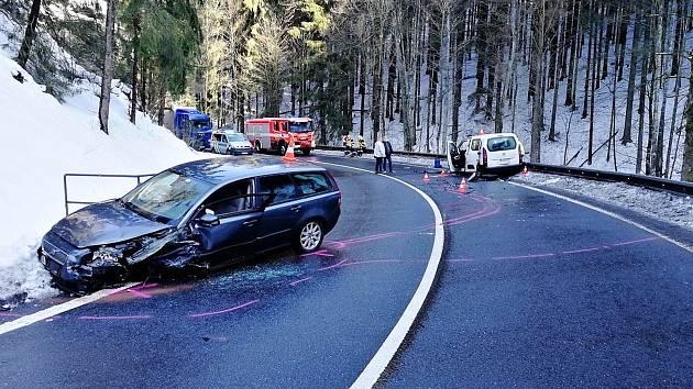 Silnici mezi Brodem a odbočkou na Bratříkov uzavřela nehoda
