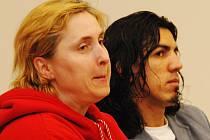 Dvojice obžalovaných z osmičlenné skupiny paseráků dorg, která absolvuje celý soudní proces znovu.