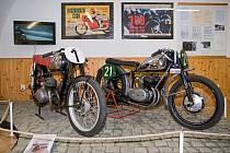 Výstava připomíná první motocyklový závod ve městě vroce 1926aprvní předválečný ročník závodu 300zatáček vroce 1936.