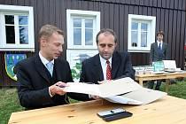Výtěžek z aukce dřevosochání v Desné předal starosta Marek Pieter (vlevo) nadaci pro záchranu a obnovu Jizerských hor. Za nadaci přebíral předseda představenstva František Pelc.