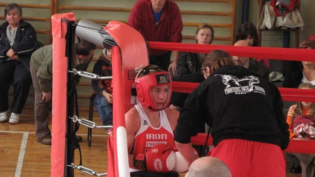 Trenér boxerů z Rádla Alois Škeřík v ringu udílí pokyny jednomu ze svých svěřenců.