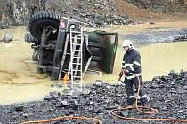 V úterý krátce před polednem došlo v kamenolomu v Krásném Lese k tragické dopravní nehodě nákladního vozu.