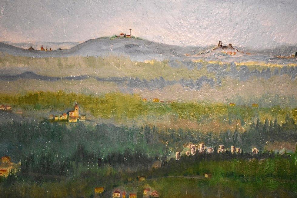 V sokolovně v Plavech vyrostla netypická rozhledna Schovanka. Postavil ji Lukáš Drška a vymaloval jeho otec Ladislav Ladis Drška. Výhled z rozhledny.