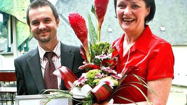 ŽENA REGIONU 2010. Zástupce generálního partnera ankety společnosti Provident Financial Tomáš Fiala předal regionální vítězce Daně Malé z Jablonce v Hotelu Zlatý lev dárky, certifikát a květiny.