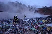 Jednotky druhého stupně požárního poplachu vyjely k požáru skládky.