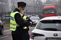 Policisté kontrolují cestující v Libereckém kraji.