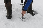 Měření tloušťky ledu na Jablonecké přehradě.