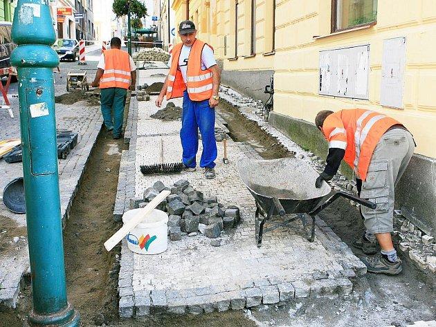 Z Lidické ulice v jablonecké pěší zóně mizí stará betonová dlažba. Ta nová bude žulová.