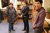 Při otevření bylo v knihovně plno. Každý z přítomných navíc vyzkoušel své znalosti angličtiny.