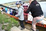 V neděli 13. dubna se na 40 místech České republiky závodilo s kočárky. Maminky a tatínkové si tzv. strollering vyzkoušeli na stometrové trati také v Jablonci nad Nisou u přehrady.