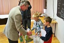 Daniel Sádlík (blond) a Drahomír Horáček zachránili čtyřletého Kubu z požární nádrže.