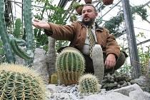 Člen Českého a Slovenského svazu pěstitelů kaktusů Libor Kunte ukazuje část kaktusů, za které může jít od nového roku, pokud zákon projde, do vězení.
