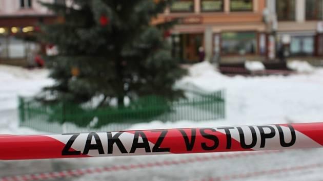 Ohrazení kolem vánočního stromu na Mírovém náměstí.