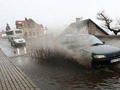 Kokonínské trápí i místní silnice. Foto z roku 2012, kdy se na hlavní silnici udělala obří louže