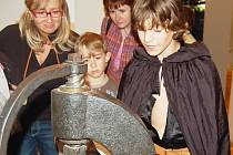 Děti ze Základní školy Liberecká prováděly o páteční noci návštěvníky, kteří přišli strávit noc do Muzea skla a bižuterie v Jablonci.