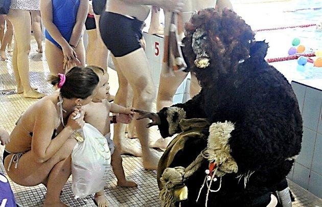 Mikulášskou bžundu si užily děti a jejich rodiče v jabloneckém plaveckém bazénu