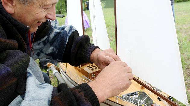 Rádiem řízené modely plachetnic. Na snímku Milan Kroupa z Jablonce nad Nisou připravuje svoji plachetnici Admirál.