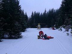 Zraněného horolezce ošetřili členové Horské služby.