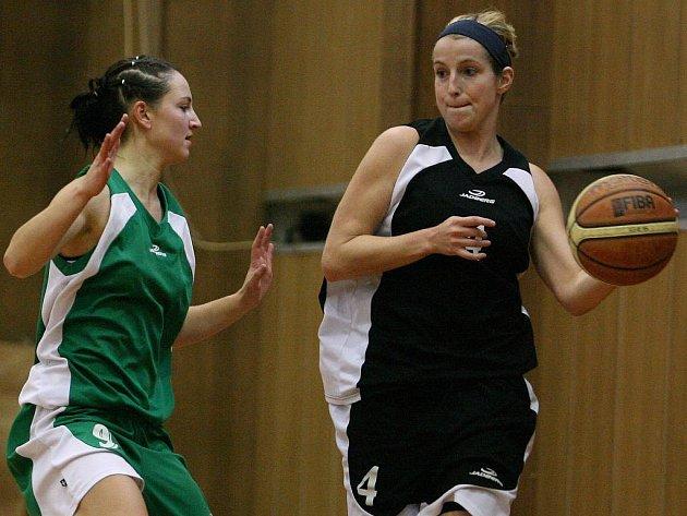 Jablonecké basketbalistky prohrály s vedoucím týmem 2. ligy žen Skřivánkem Ústí (v černém) 51:63.