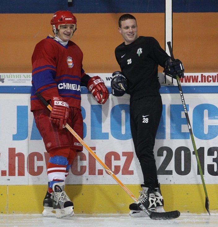 Fotbalisté Baumitu si zahráli hokej. Na snímku Jan Kopic a Ondřej Vaněk.