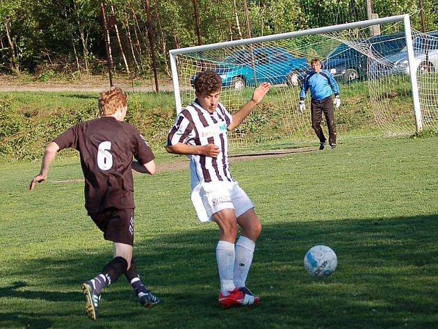 Ve sportovním areále Krojčenk v Lučanech porazili domácí borci rezervu třetiligové Hlavice 4:2 (1:1). Na snímku domácí Radek Černý obchází hostujícího Tomáše Bučka.