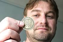 Medaile je vydávána u příležitosti 100 let povýšení Janova na městys. Na jedné straně je znázorněn  znak Janova a z druhé strany budova radnice, kterou dokončili před osmdesáti lety. Na snímku s medailí janovský starosta Daniel David.