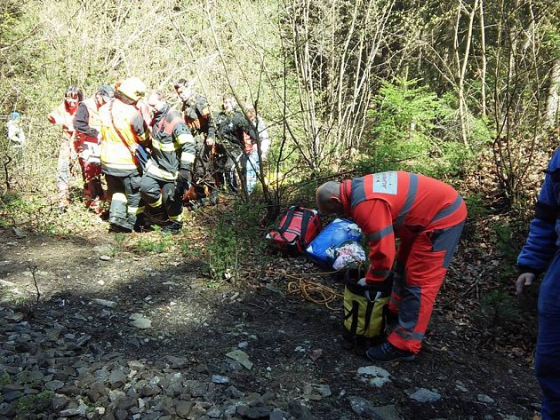 Transport pacientky v náročném terénu údolí Kamenice s použitím mechaniského resuscitačního přístroje pro nepřetržitou nepřímou masáž srdce.