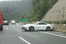 Řidička poslala na silnici bílé Porsche přes střechu